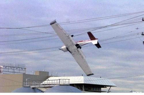 Radiostyrt flygplan i elledningar.