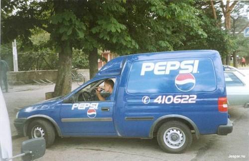 Förare i pepsileverans drick Coca Cola.