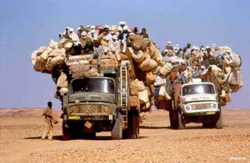 Överbelastade lastbilar i Afrika