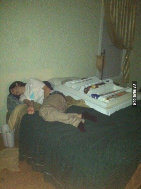 Ja, han somna med kylskåpsdörren