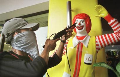 Ronald McDonald blir rånad