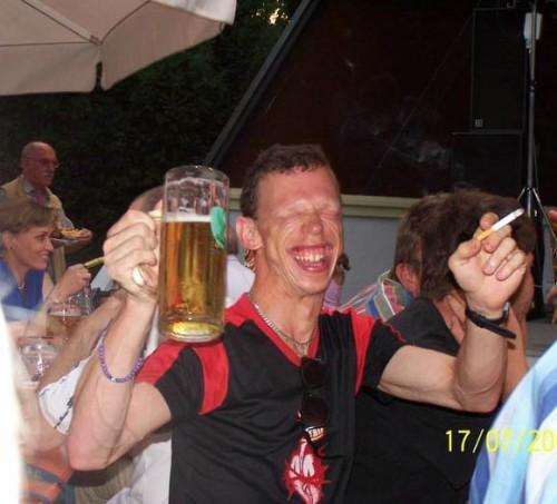 Den här killen gillar verkligen öl