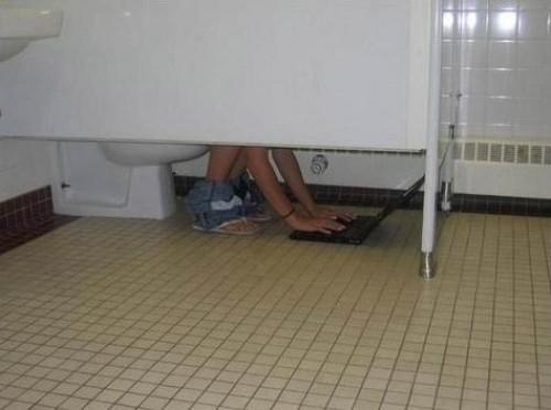 Datornörd på toaletten