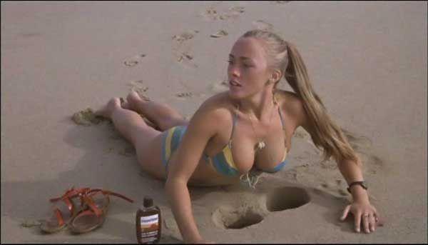Tjej som har solat på stranden